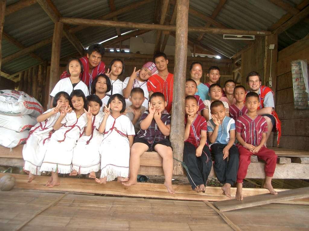 Stammeskinder und Hauseltern in traditioneller Karen-Tracht